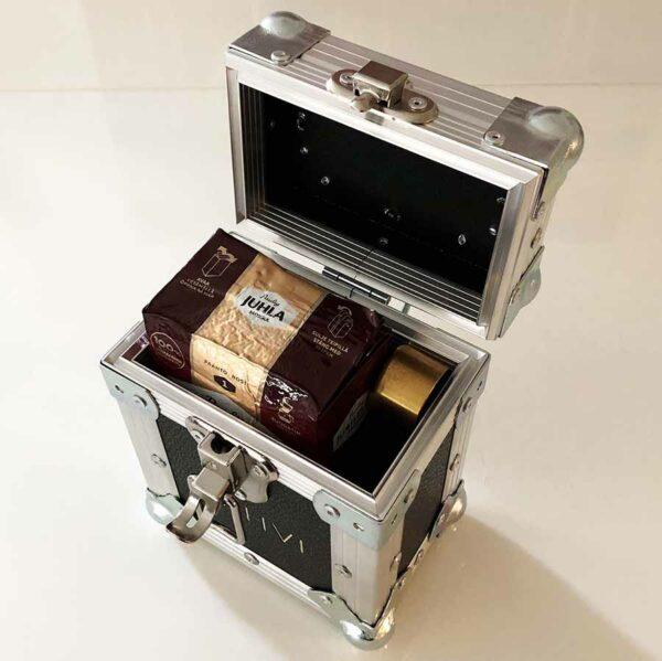 Kahvipakkaukseen mahtuu paketin lisäksi myös mittalusikka ja pussinsulkja.